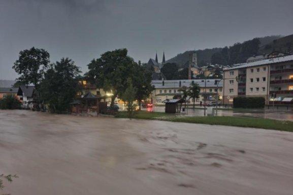 Rekord-Pegelstände an der Ache: 3,75 Meter wurden dort am Samstagabend gemessen. Foto: Kilian Pfeiffer             Die Altstadt von Hallein in Österreich wurde teilweise überflutet - die Wassermassen trugen auch dieses Auto mit. Die Altstadt von Hallein in Österreich wurde teilweise überflutet - die Wassermassen trugen auch dieses Auto mit.