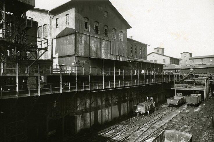 Direkt neben der Kohlenwäsche im Wilhelmschacht I befindet sich die Kohleverladung zur Oberhohndorf-Reinsdorfer Kohleneisenbahn. (um 1910)