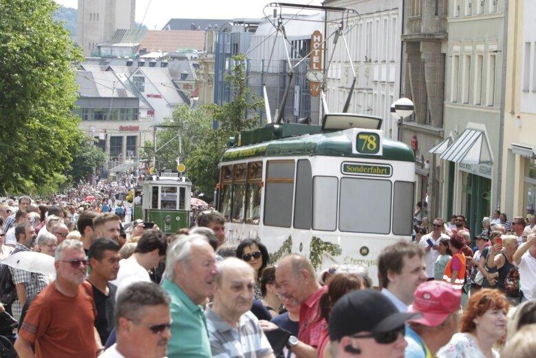 Wird es jemals wieder solche Bilder geben? Dicht an dicht drängte sich das Publikum auf der Bahnhofstraße bei der großen Festparade anlässlich des 60.Plauener Spitzenfestes. Im Vorjahr fiel das Traditionsfest aufgrund der Coronapandemie aus. Für dieses Jahr steht die Entscheidung aus.