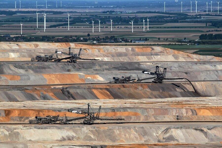 Der Tagebau von Hambach in Nordrhein-Westfalen war einigen Orten der Region bereits bedrohlich nahegerückt. Beispiel: Morschenich. Doch nun soll Schluss sein mit der Kohle, spätestens bis 2038, erklärt die Bundesregierung. Daraufhin gibt der Energiekonzern RWE bekannt, das fast leer gezogene Dorf nicht mehr abbaggern zu wollen.