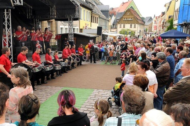 Das Fanfaren- und Trompetenkorps Zschopautal spielte beim Shoppingtag 2011 in der Weberstraße.