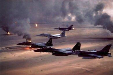 """US-Kampfflugzeuge bei einem Einsatz der """"Operation Desert Storm"""" gegen irakische Truppen 1991."""
