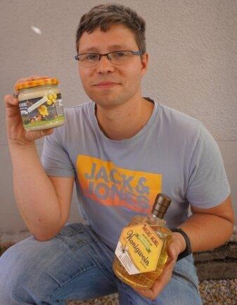 Der Ertrag seiner Arbeit: Honig und Honigwein.