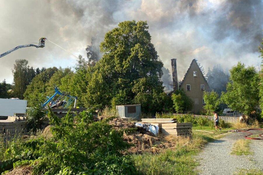 Alle drei Gebäude des Hofes standen in Flammen.