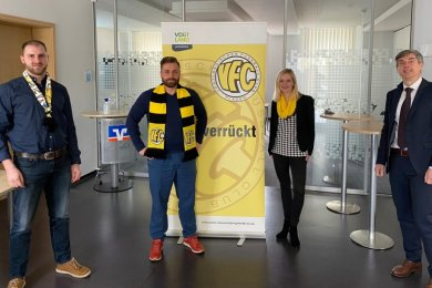 Andreas Hostalka (rechts), Vorstandsmitglied der Volksbank Vogtland-Saale-Orla, war bei der Preisverleihung Gastgeber für (von links) Marcus Mosch von den Fans des VFC Plauen, VFC-Präsident Thomas Fritzlar sowie VFC-Geschäftsstellenleiterin Silja Schumann.