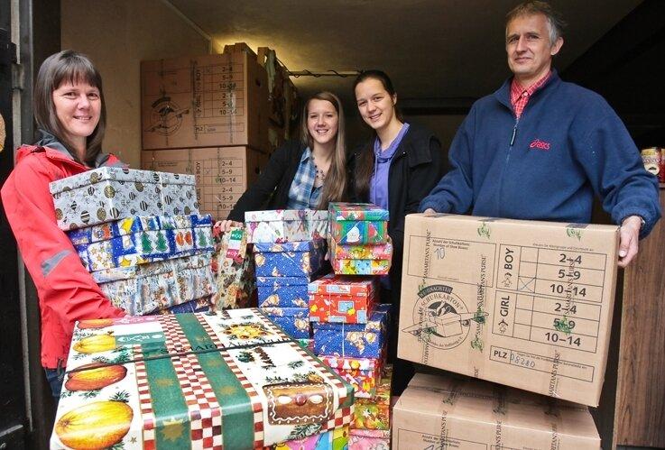 """Steffi, Debora, Naemi und Thomas Grund (v. l.) sammeln und verpacken Spenden für die Aktion """"Weihnachten im Schuhkarton""""."""