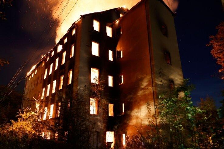Ein Feuer hat die seit langem brachliegende frühere Hoffmannsche Spinnerei in Wittgensdorf in der Nacht zum Mittwoch zerstört.