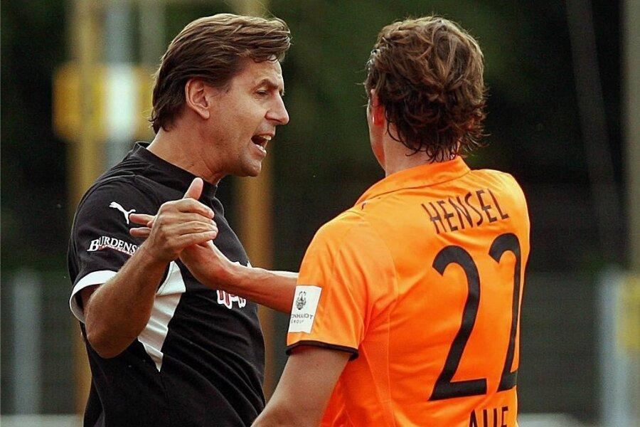 Teammanager Heiko Weber (links) und Torschütze Marc Hensel bejubeln am 24. August 2008 den Auer Führungstreffer beim Drittligaspiel in Bremen. Am Ende siegte allerdings Werder II mit 4:2.