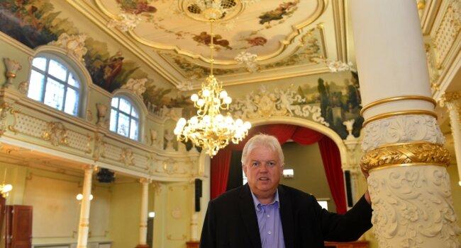 """Bürgermeister Dieter Greysinger im Festsaal """"Goldener Löwe"""" in Hainichen. Rund 6,5 Millionen Euro fließen in die Sanierung des Neorokokosaals und das Gebäude am Marktplatz."""