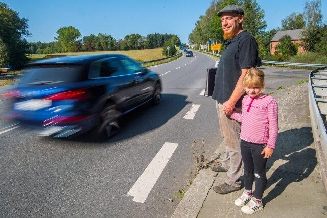 Kreuzung Hartensteiner Straße/B 169 in Mitteldorf: Wer hier rüber will, ist in Gefahr. Geld für eine Lösung steht nun im Stollberger Haushaltsplan. Ein Bild vom Sommer: Norman Schirmer mit Tochter Maggie.