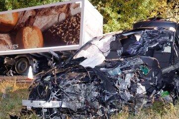 Der zertrümmerte BMW an der Unfallstelle.