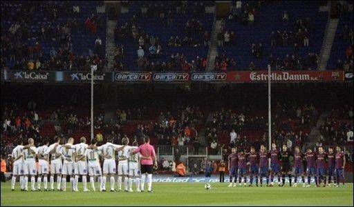 Der Tod des deutschen Fußball-Nationaltorhüters Robert Enke hat auch in Spanien Bestürzung ausgelöst. Enkes ehemaliger Verein FC Barcelona gedachte des Verstorbenen im Stadion Nou Camp mit einer Schweigeminute.