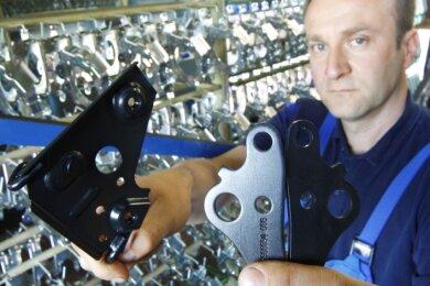 """<p class=""""artikelinhalt"""">Herkömmlich galvanisierte Teile glänzen metallisch-silbrig. Bei Gazima in Grünhain werden mit einem neuen Verfahren tiefschwarze Zinkschichten erzeugt. Geschäftsführer Jörg Zimmermann zeigt solche Gazima-Black-Teile.</p>"""