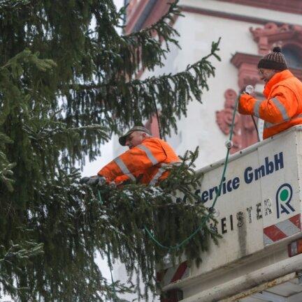 Schon am Vormittag haben Udo Scheinpflug (links) und Andreas Höfer die Lichterketten vom Chemnitzer Weihnachtsbaum abgenommen. Für den Baumschmuck haben die Chemnitzer auch andere Ideen.