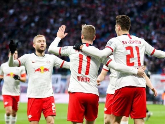 Leipzigs Timo Werner (M), Patrik Schick (r) und Konrad Laimer (l) jubeln nach dem Treffer zum 1:0.