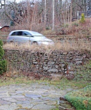 Die Standsicherheit der Stützmauer für die Dorfstraße in Lichtenberg ist stark gefährdet.