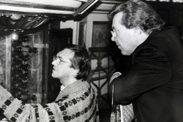 Ein Weltstar zu Gast: Tenor Peter Schreier (rechts) mit Organist Joachim Dalitz im September 1978 an der großen Silbermann-Orgel im Dom.