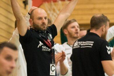 Weiterjubeln: Uwe Lange, der Co-Trainer der HSG, wird wie alle Spieler weiter zur Stange halten - und hofft, dass die Oberliga nicht neu gestartet, sondern die abgebrochene Saison im Herbst fortgesetzt wird.