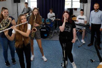 32 Ensembles aus ganz Sachsen werden am Freitag nach Waldenburg reisen, um sich miteinander zu messen. Mittendrin sind dann auch acht Schüler der Freien Jugendkunstschule der Töpferstadt.