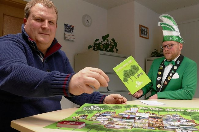 """Welch interessante Fragen """"De Räs durch Gäln"""" zu bieten hat, zeigt Bürgermeister Knut Schreiter (links) hier gerade Yannic Cyffka."""
