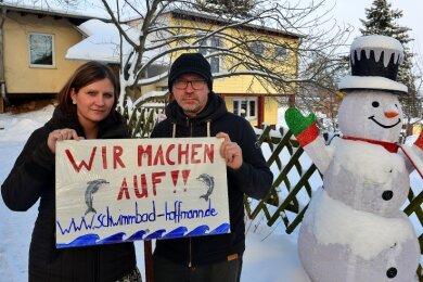 """""""Wir machen auf"""" kündigen Anja und Lutz Hoffmann vor der Schwimmschule in Sachsenburg an. Seit 1. November ist das kleine, privat geführte Bad schon geschlossen."""