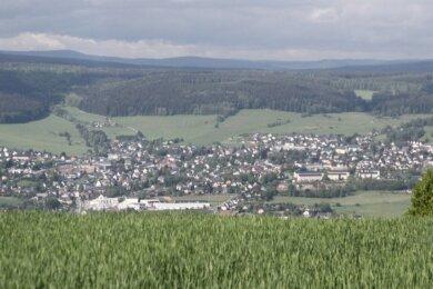 Blick vom Spiegelwald auf Lauter-Bernsbach, hier der Ortsteil Lauter. Die Kommune, die seit 2013 in dieser Form besteht, will Familien und Gewerbetreibenden eine lebenswerte Heimat bieten.