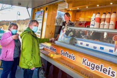 Jana und Gerd Werner aus Lichtenwalde legen bei ihrer ersten Radtour in diesem Jahr am Kaffeeflitzer von Antje Seypt eine Pause ein und lassen sich ihren Cappuccino schmecken.