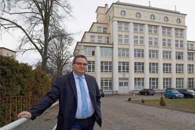 Standortleiter der Euro-Akademie und Euro-Schulen Hohenstein-Ernstthal, Tilmar A. Trentzsch, vor dem Schulgebäude an der Hohenstein-Ernstthaler Antonstraße.
