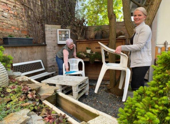 Cornelia Schmidt und Julia Seidel bereiten Conny's Bar auf die Öffnung vor.