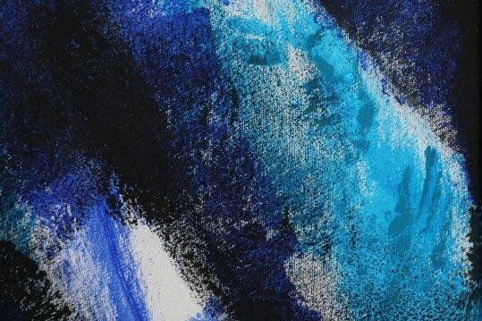 """Zwei Ausschnitte aus dem Bild """"Aufstieg des Magiers"""", das Siegfried Otto-Hüttengrund der Mugler-Stiftung übergeben hat."""