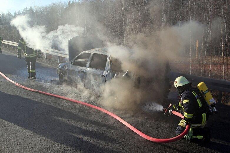 Auto brennt auf A-4-Auffahrt aus