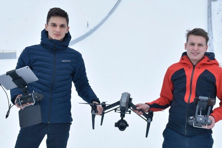 Freuen sich auf ihr Heimspiel in der Vogtland-Arena: Jeremy Ziron (rechts) und Jannick Saunus. Die Fernsehaufträge sind ein Standbein ihrer AgenturJ&J Media, die mittlerweile vier weitere Angestellte beschäftigt.