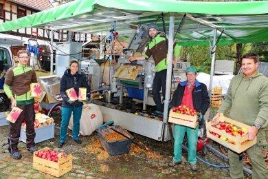 Martin Förster bedient die mobile Apfelpresse. Zu tun gab es viel. Drei Tonnen Äpfel wurden zu Saft gepresst.