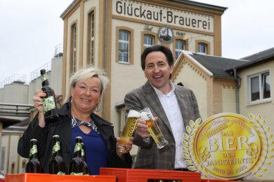 Frank Winkel vom ProBier-Club.de aus Lünen überbrachte Brauereichefin Astrid Peiker die Urkunde.