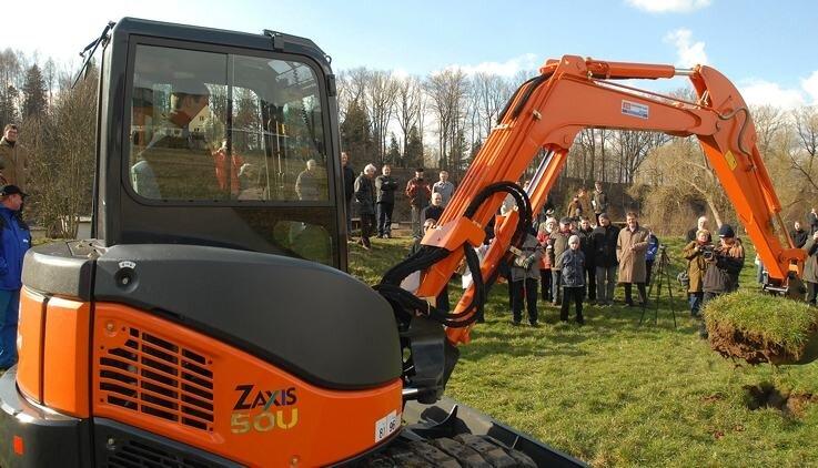 Sachsens Umweltminister Roland Wöller steuerte am Mittwoch den Bagger beim symbolischen Baustart nahe des Plauer Wehrs.
