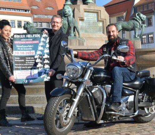 Kati Hofmann (v. l.) von den Nossener Motorradfreunden, Oberbürgermeister Sven Krüger und Kenneth Hädecke, Vorsitzender des Benefiz-Vereins, hoffen auf viele Teilnehmer an der Bikerausfahrt am heutigen Sonnabend. Start ist am Freiberger Obermarkt. Die Rundfahrt führt über Freiberg und Brand-Erbisdorf.