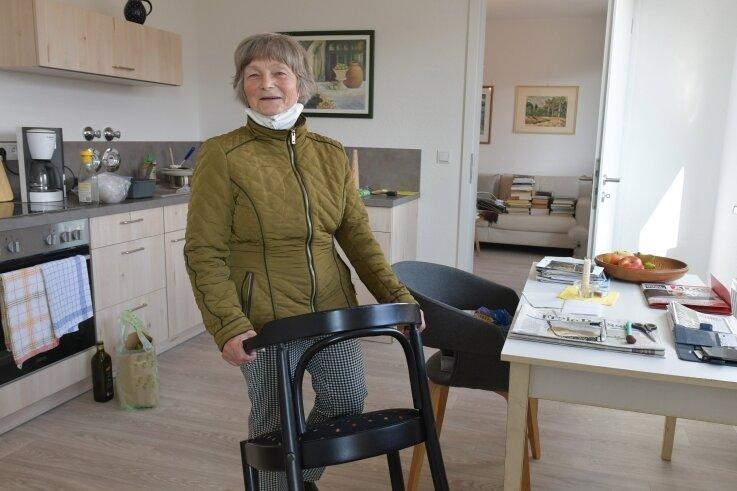 """Martina Ebert hat wie andere Mieter in diesen Tagen ihre neue Zweiraumwohnung im Haus """"Smaragd"""" in Friedeburg bezogen."""