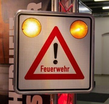 Das Schilderwerk Beutha hat ein Schild entworfen, das an Feuerwehrdepots aufgestellt werden kann.