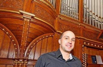 Kantor Maximilian Beutner vor der Orgel.