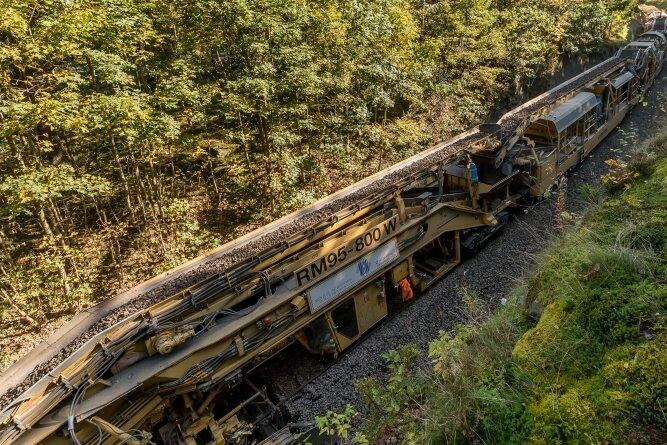 """Ein """"Bauzug"""" auf der Trasse der Erzgebirgsbahn im Bereich Marienberger Hüttengrund."""