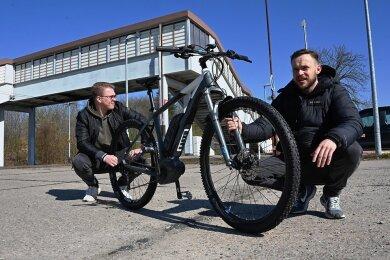 Am Bahnhof Oberlichtenau wollen Patrick Rabe und Steve Winter (rechts) eine Fahrradgarage aufstellen.