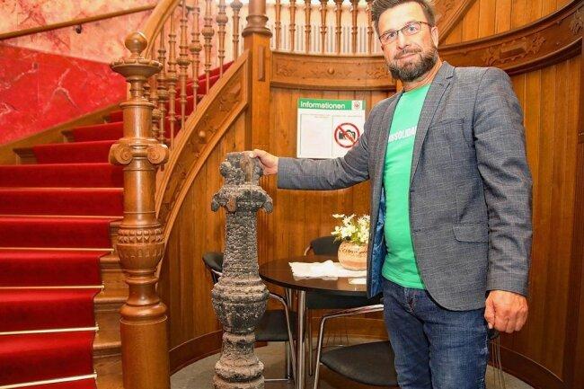 Jens Heinz, der Geschäftsführer des Kreisverbandes der Volkssolidarität, fand jetzt im Keller des Hauses ein Teil des verkohlten Treppengeländers, das demnächst in einer Vitrine im Foyer der Villa einen Platz finden könnte.