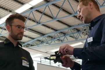 Bei der Kooperationsbörse der Zulieferindustrie in Zschopau kamen auch Rico Weber (l.) und Thomas Butter ins Gespräch.