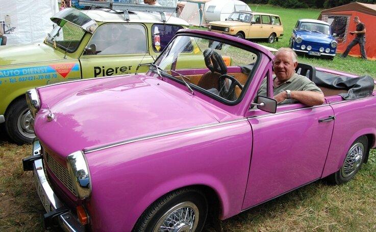 """<p class=""""artikelinhalt"""">Kurt Päßler (68) aus Oelsnitz lässt auf sein pinkfarbenes Trabant-Cabrio nichts kommen. Er ist Stammgast des Treffens. </p>"""