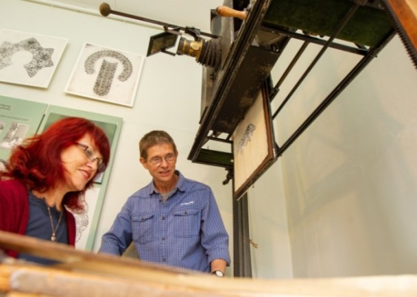 Frank Luft, wissenschaftlicher Mitarbeiter der Plauener Schaustickerei, will mit seinem Team - im Foto Lydia Lauer - auf Spurensuche gehen. Dabei dreht sich alles um ein besonderes Vergrößerungsgerät.