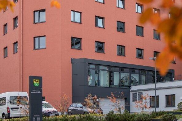 Oktober 2019: Aktuell rechnet der Landkreis für den Verwaltungssitz in Annaberg mit Kosten in Höhe von 21,3 Millionen Euro. Doch das ist noch immer nicht der endgültige Betrag. Ab 2020 sollen die Mängel an der Fassade beseitigt werden. Finanzieller Schaden? Noch nicht absehbar.