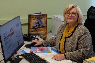 Beate Schaub, die Leiterin der Stollberger Stadtbibliothek, freut sich über neue Technik und neue Software. Seit wenigen Tagen können Nutzer am heimischen Computer in den Beständen der Einrichtung stöbern und ihre Wunschliteratur online vorbestellen.