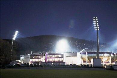 Das Auer Erzgebirgsstadion nachts erleuchtet: Rund um die Spielstätte soll am Wochenende weihnachtliche Stimmung aufkommen.