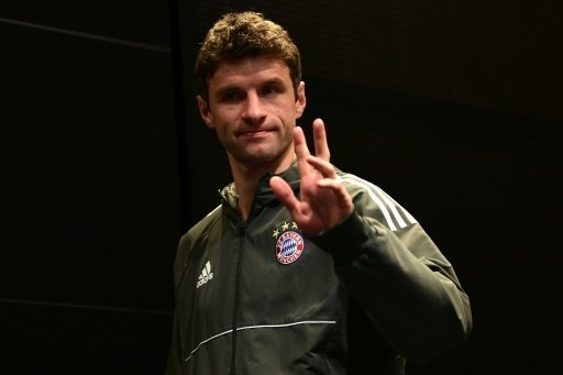 Thomas Müller stützt Per Mertesacker