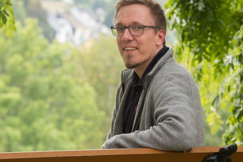 Pfarrer Burkhard Wagner an der Pobershauer Kirche. Er wird die Kirchgemeinde in diesem Jahr verlassen und ins Vogtland wechseln.